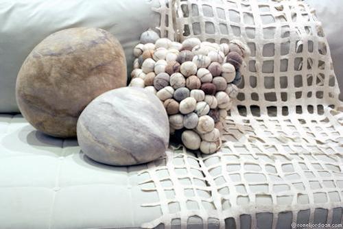 Дизайнер из Южной Африки Ronel Jordaan первая придумала использовать войлок для создания камней.